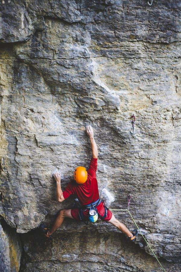 Ένας ορειβάτης στο κράνος αναρριχείται στο βράχο στοκ εικόνες με δικαίωμα ελεύθερης χρήσης