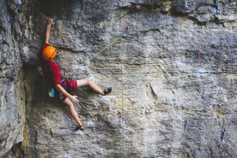 Ένας ορειβάτης στο κράνος αναρριχείται στο βράχο στοκ φωτογραφία με δικαίωμα ελεύθερης χρήσης