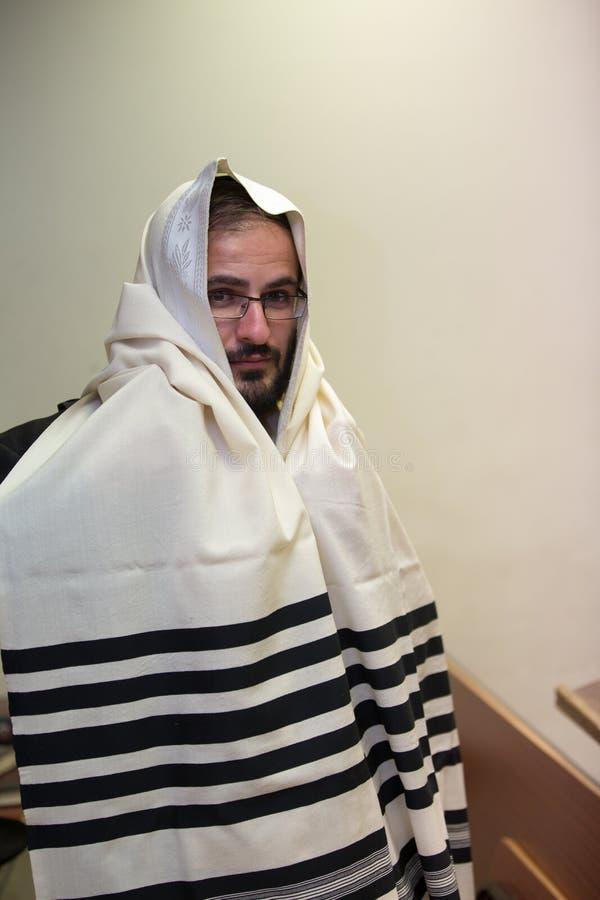 Ένας ορθόδοξος Εβραίος φορά ένα tallit στοκ εικόνα