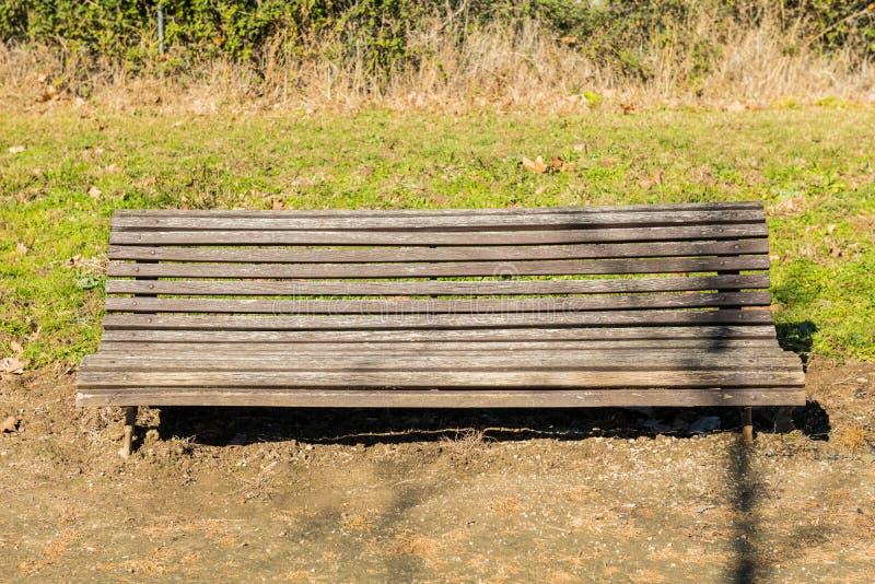 Ένας πάγκος κατέστρεψε λίγο σε ένα πάρκο σε ένα προάστιο Caceres, Εστρεμαδούρα, Ισπανία στοκ εικόνα με δικαίωμα ελεύθερης χρήσης