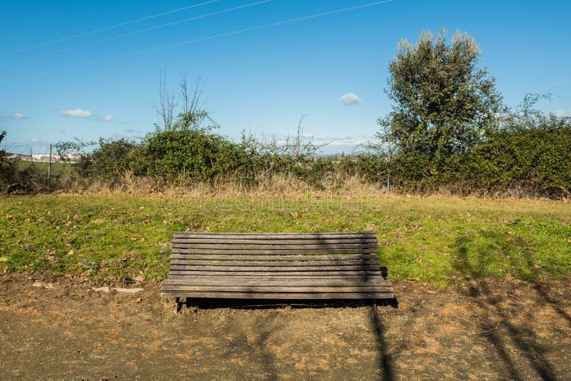 Ένας πάγκος κατέστρεψε λίγο σε ένα πάρκο σε ένα προάστιο Caceres, Εστρεμαδούρα, Ισπανία στοκ φωτογραφίες