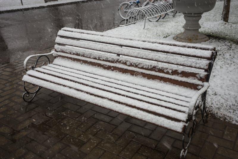 Ένας πάγκος που καλύπτεται ομαλά με το φρέσκο χιόνι μετά από τα καιρικά φαινόμενα στοκ φωτογραφία με δικαίωμα ελεύθερης χρήσης
