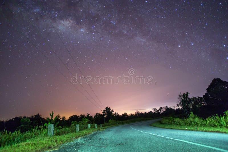 Ένας παλαιός δρόμος με μια γαλακτώδη άποψη τρόπων τη νύχτα στοκ εικόνα με δικαίωμα ελεύθερης χρήσης