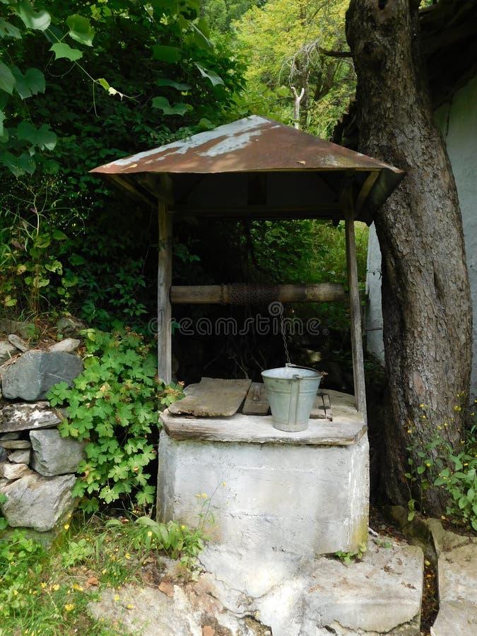 Ένας παλαιός καλά σε ένα χωριό στοκ εικόνα με δικαίωμα ελεύθερης χρήσης