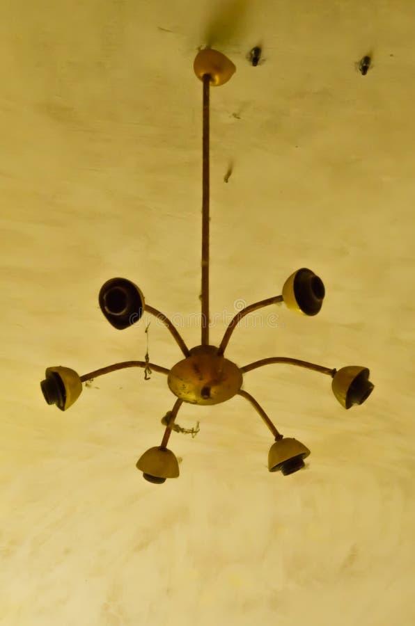 Ένας παλιός χαλασμένος πολυέλαιος σε κίτρινη οροφή στοκ φωτογραφίες με δικαίωμα ελεύθερης χρήσης