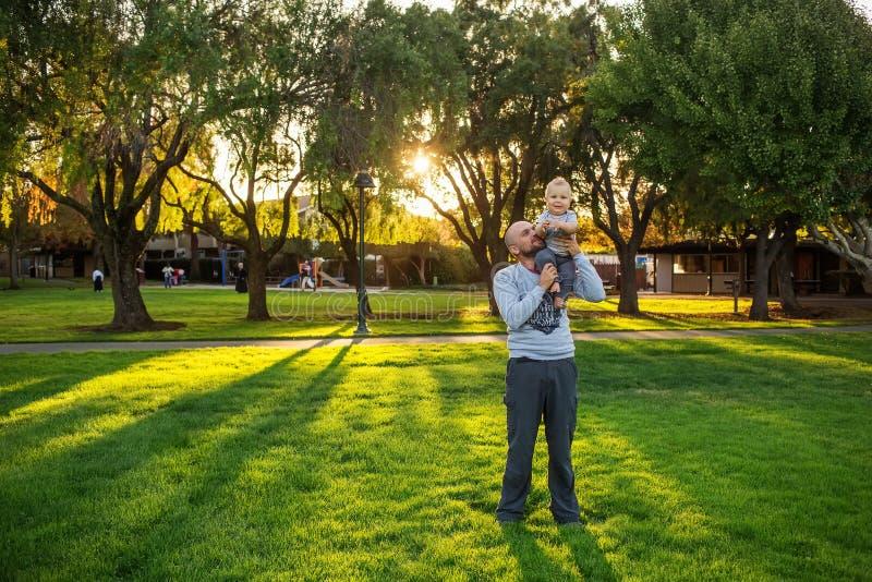 Ένας πατέρας με το γιο μωρών στο πάρκο στοκ εικόνες