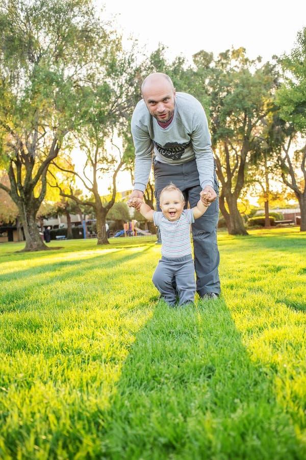 Ένας πατέρας με το γιο μωρών στο πάρκο στοκ φωτογραφία