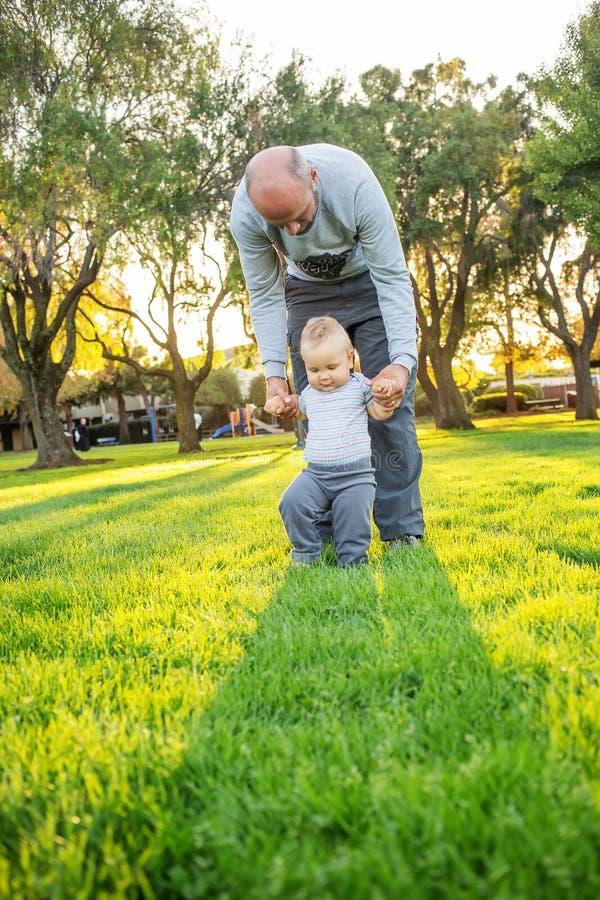 Ένας πατέρας με το γιο μωρών στο πάρκο στοκ εικόνα