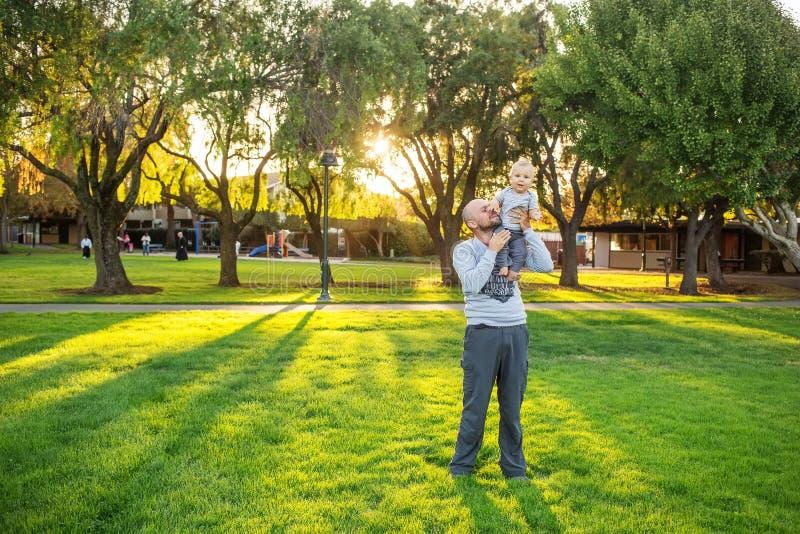Ένας πατέρας με το γιο μωρών στο πάρκο στοκ φωτογραφία με δικαίωμα ελεύθερης χρήσης