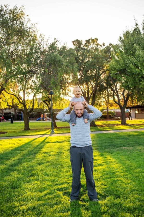 Ένας πατέρας με το γιο μωρών στο πάρκο στοκ φωτογραφίες