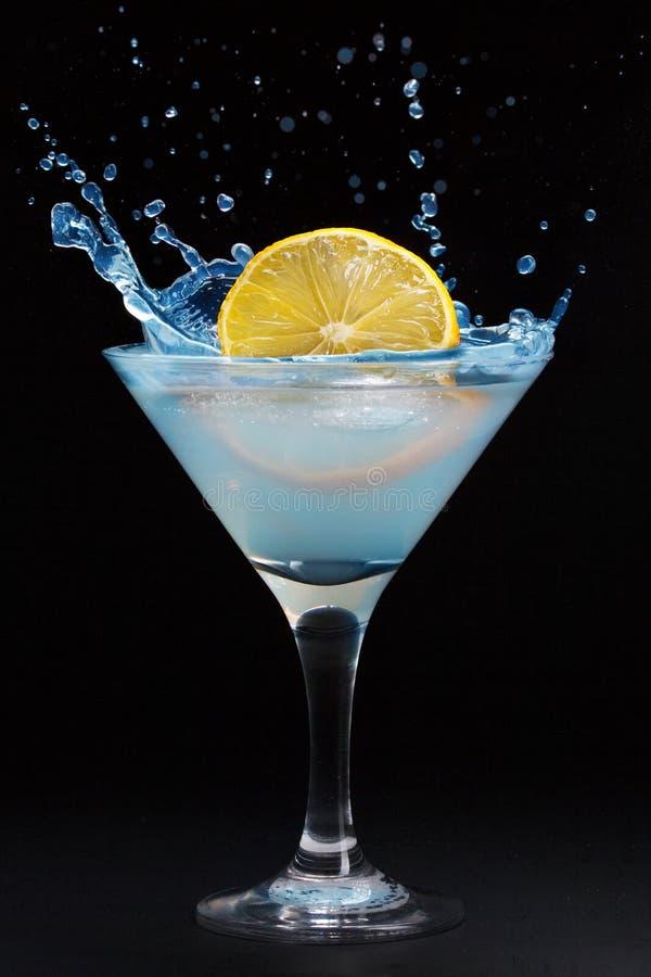 Ένας παφλασμός από ένα λεμόνι σε ένα martini γυαλί στοκ εικόνες με δικαίωμα ελεύθερης χρήσης