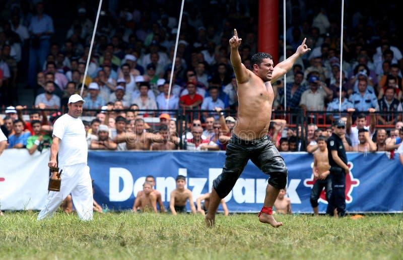 Ένας παλαιστής γιορτάζει τη νίκη την τελική ημέρα του ανταγωνισμού στο τουρκικό φεστιβάλ πάλης πετρελαίου Kirkpinar στη Αδριανούπ στοκ φωτογραφίες με δικαίωμα ελεύθερης χρήσης