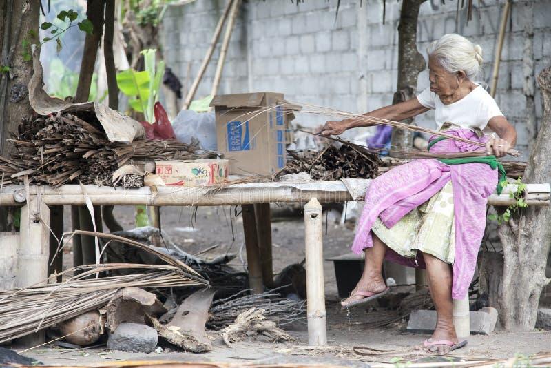Ένας παλαιός χωρικός στην εργασία στοκ φωτογραφίες