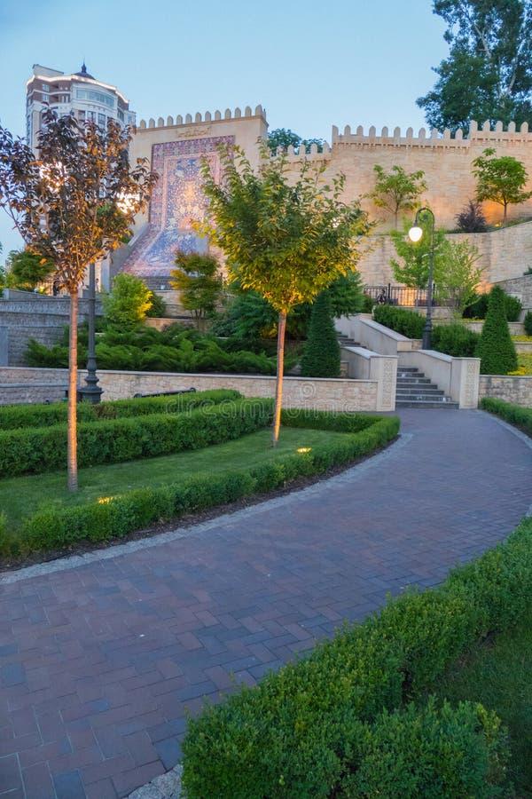 Ένας περίπατος με τα σκαλοπάτια που οδηγούν σε έναν τοίχο με έναν διακοσμητικό του Αζερμπαϊτζάν τάπητα στοκ φωτογραφία