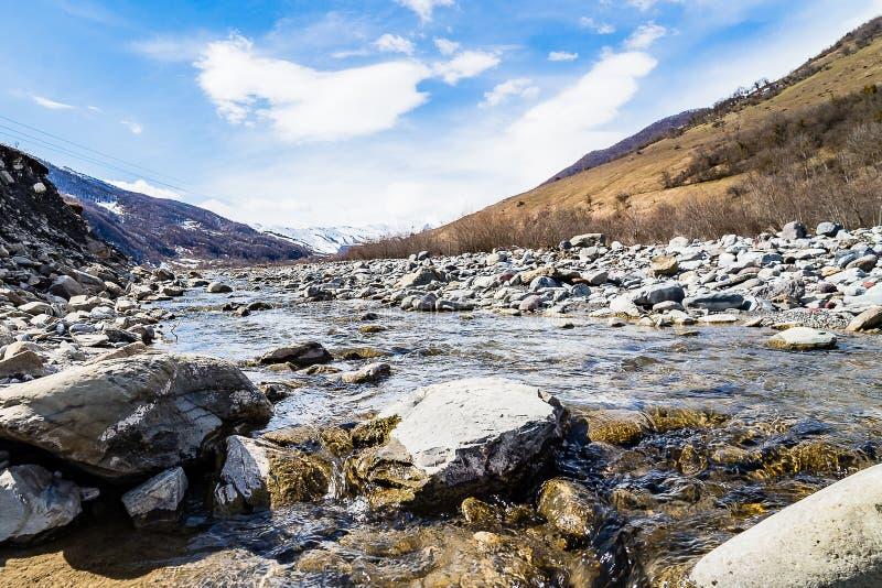 Ποταμός βουνών στη Γεωργία Ένας ποταμός με ένα γρήγορο ρεύμα και βουνά στο υπόβαθρο στοκ φωτογραφίες