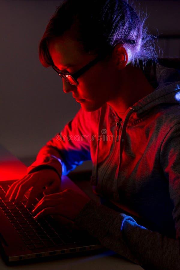 Ένας προγραμματιστής κοριτσιών στοκ εικόνες με δικαίωμα ελεύθερης χρήσης