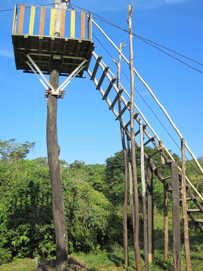 Ένας προσωρινός πύργος για την φερμουάρ-ευθυγράμμιση στους λόφους Barinitas, Βενεζουέλα στοκ εικόνες