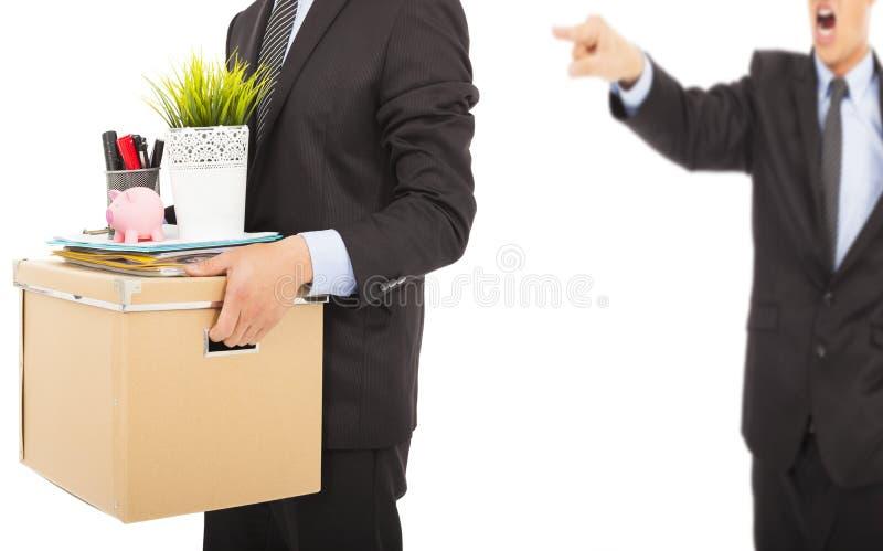 Ένας 0 προϊστάμενος που απολύει ένα άτομο και που φέρνει τις περιουσίες στοκ εικόνες
