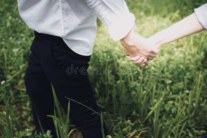 Ένας προ-γάμος των χεριών εκμετάλλευσης ζευγών, έννοια αγάπης στοκ φωτογραφία