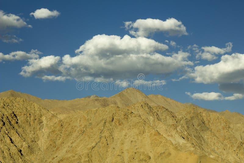 Ένας πρωινός ουρανός με τα σύννεφα πέρα από τα βουνά ερήμων στοκ εικόνες με δικαίωμα ελεύθερης χρήσης