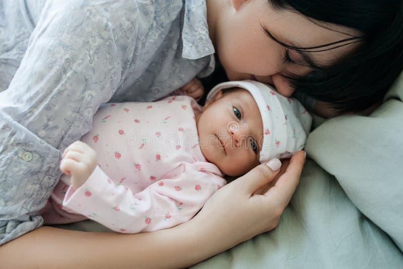 Ένας πρωινός ύπνος μητέρων ` s με το νεογέννητο μωρό της στοκ φωτογραφίες με δικαίωμα ελεύθερης χρήσης