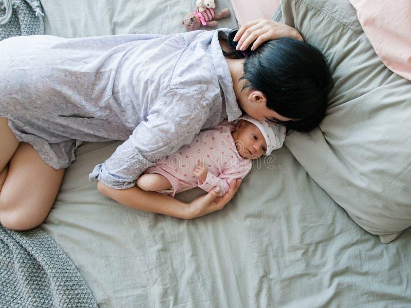 Ένας πρωινός ύπνος μητέρων ` s με το νεογέννητο μωρό της στοκ εικόνες