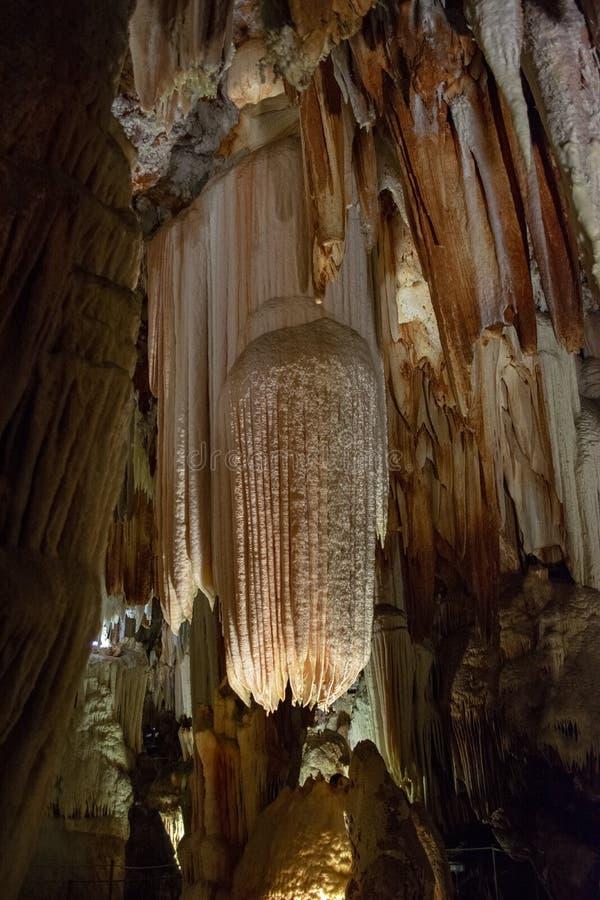 Ένας πυροβολισμός μέσα στη Cuevas del Aguila σπηλιά σταλακτιτών Avila, Ισπανία στοκ φωτογραφία