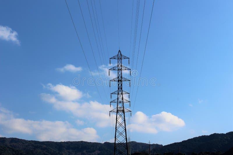 Ένας πύργος μετάδοσης υποστηρίζει τα εναέρια ηλεκτροφόρα καλώδια στοκ εικόνες με δικαίωμα ελεύθερης χρήσης
