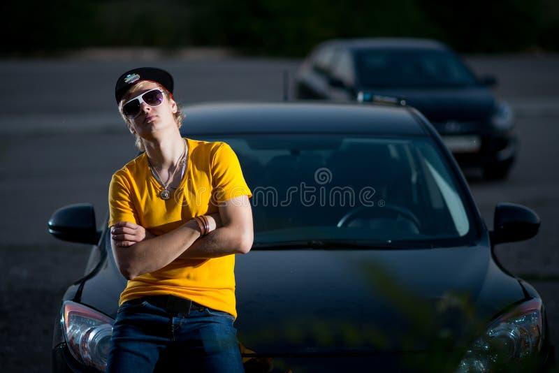 Ένας πλούσιος τύπος σε ένα αυτοκίνητο, δροσερά μάγκα στοκ φωτογραφίες