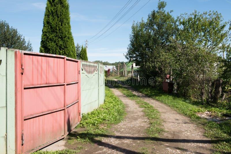 Download Ένας δρόμος λάσπης επαρχίας Στοκ Εικόνα - εικόνα από ρύπος, χλόη: 62713965