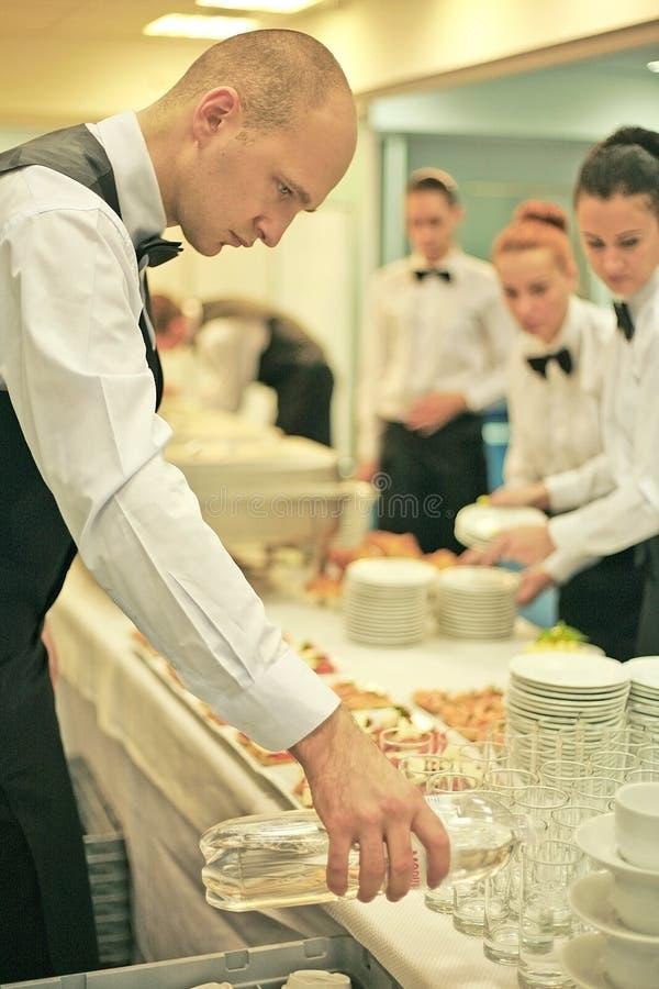 Ένας σερβιτόρος στοκ φωτογραφίες με δικαίωμα ελεύθερης χρήσης