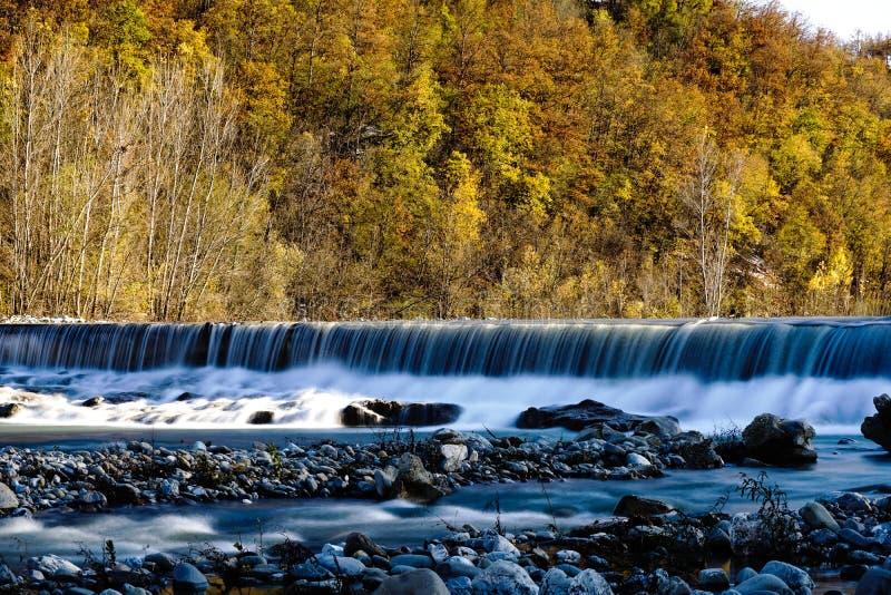 Ένας σε αργή κίνηση της πτώσης νερού στην απόσταση στοκ φωτογραφίες