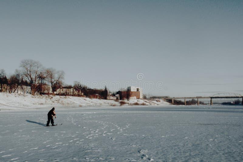 Ένας σκιέρ στον παγωμένο ποταμό στοκ φωτογραφίες με δικαίωμα ελεύθερης χρήσης