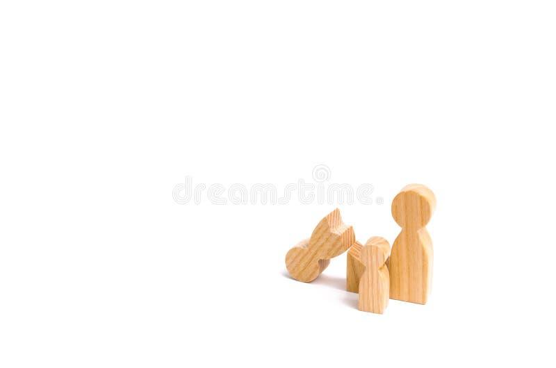 Ένας σπασμένος ξύλινος αριθμός ενός ατόμου με έναν συνεργάτη και ένα παιδί Σύγκρουση στην οικογένεια Ένας γονέας είναι σπασμένος, στοκ εικόνα με δικαίωμα ελεύθερης χρήσης