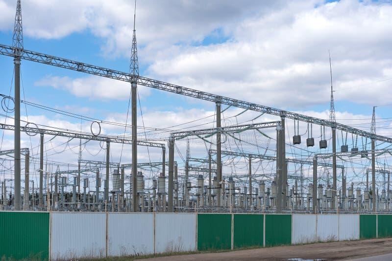 Ένας σταθμός διανομής ηλεκτρικής ενέργειας σε μια περιφραγμένη περιοχή στοκ εικόνα με δικαίωμα ελεύθερης χρήσης