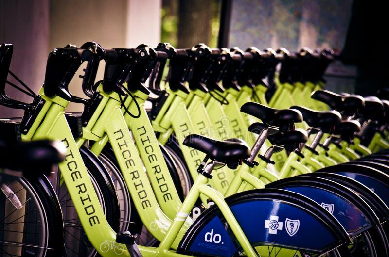 Ένας σταθμός ραφιών μεριδίου ποδηλάτων Μινεσότας γύρου της Νίκαιας στη στο κέντρο της πόλης Μινεάπολη στοκ εικόνα