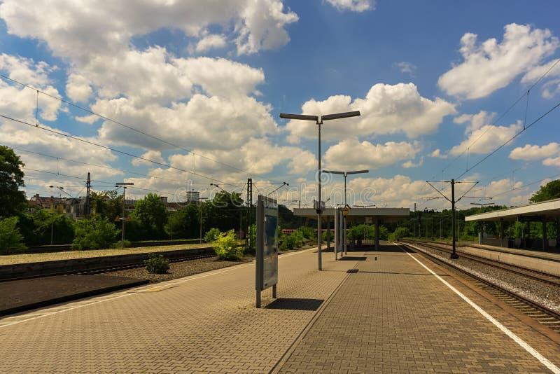 Ένας σταθμός τρένου κάτω από έναν νεφελώδη θερινό ουρανό στοκ εικόνα
