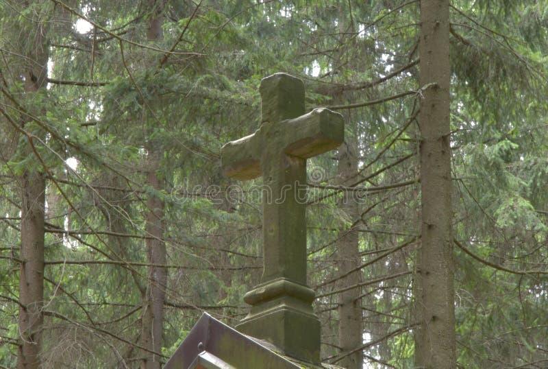 Ένας σταυρός ενός χριστιανικού παρεκκλησιού στη μέση ενός δάσους το καλοκαίρι στοκ εικόνα με δικαίωμα ελεύθερης χρήσης