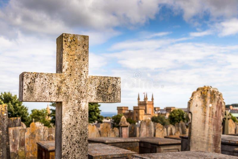 Ένας σταυρός και τάφοι πετρών στο νεκροταφείο Candie στο λιμένα του ST Peter, Guernsey στοκ εικόνες