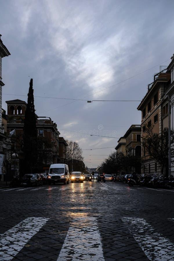Ένας στενός δρόμος με την κυκλοφορία το βράδυ στοκ φωτογραφίες