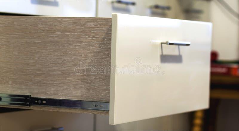 Ένας στενός επάνω πυροβολισμός λεπτομέρειας ενός φυλλόμορφου μοντέρνου συρταριού κουζινών στοκ εικόνα με δικαίωμα ελεύθερης χρήσης