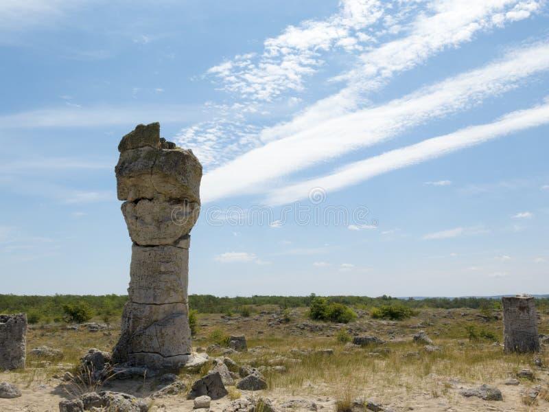 Ένας στυλοβάτης πετρών, στο υπόβαθρο του μπλε ουρανού στοκ φωτογραφία με δικαίωμα ελεύθερης χρήσης