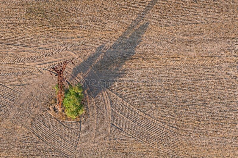 Ένας στύλος από γραμμές ισχύος και αεροφωτογραφία στοκ φωτογραφίες