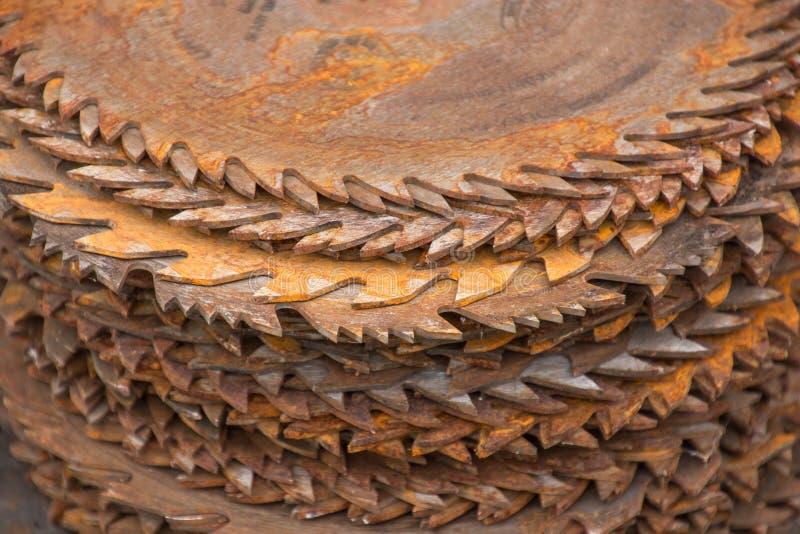 Ένας σωρός της σκουριασμένης εγκυκλίου είδε τις λεπίδες στοκ εικόνες
