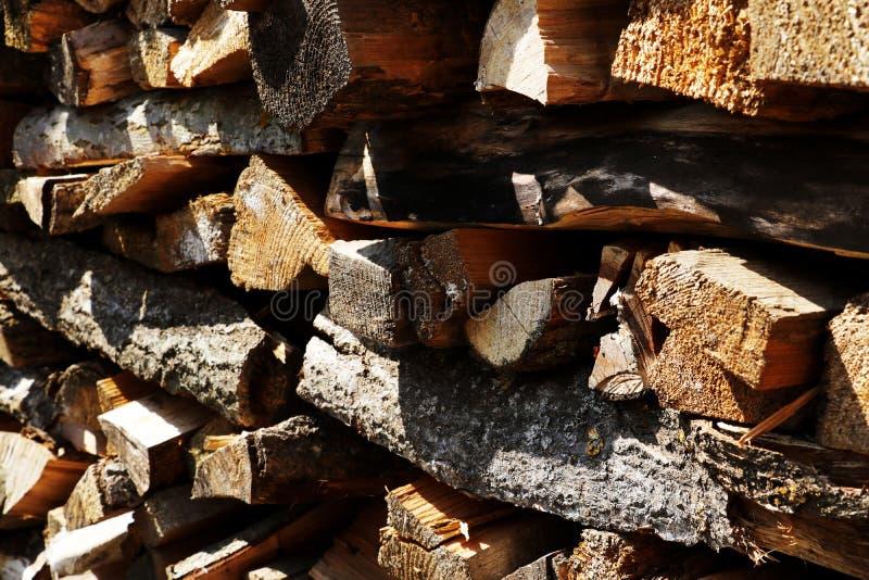 Ένας σωρός του καυσόξυλου των διαφορετικών ειδών δέντρων κλείνει επάνω στοκ φωτογραφία με δικαίωμα ελεύθερης χρήσης