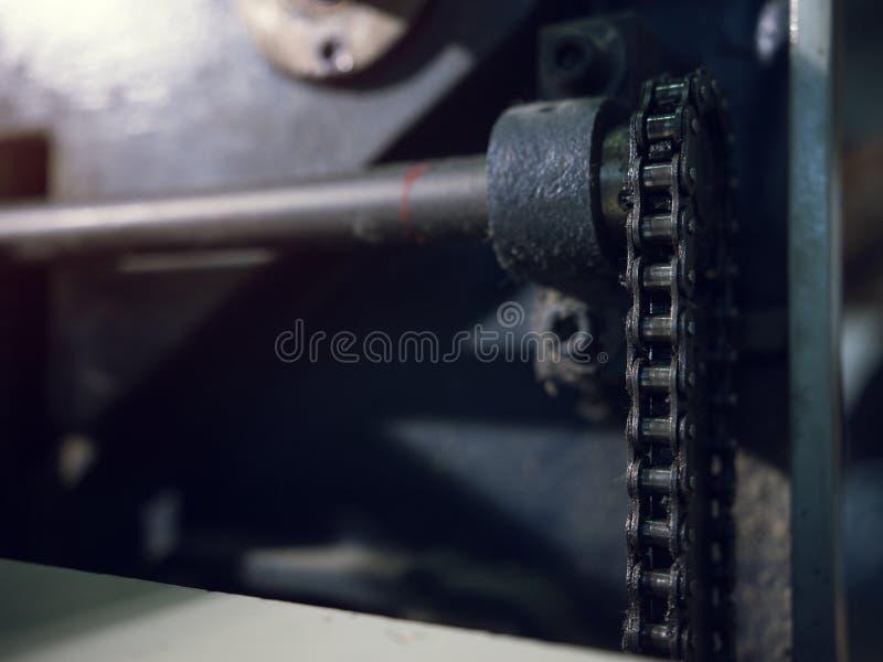 Ένας σωρός των αλυσίδων και των μηχανών εργοστασίων ξυλουργικής στοκ εικόνα με δικαίωμα ελεύθερης χρήσης