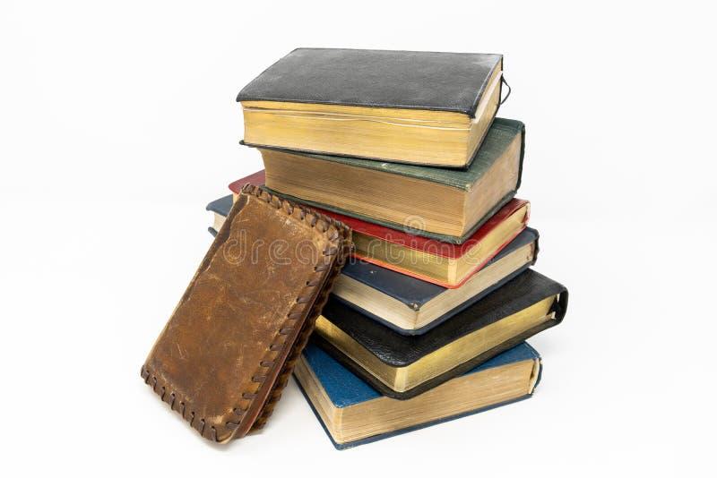 Ένας σωρός των παλαιών βιβλίων, που τρικλίζεται και που ψαρεύεται μακρυά από το επόμενο BO στοκ φωτογραφία