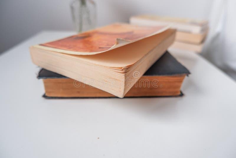 Ένας σωρός των παλαιών βιβλίων σε έναν πίνακα στοκ εικόνα με δικαίωμα ελεύθερης χρήσης