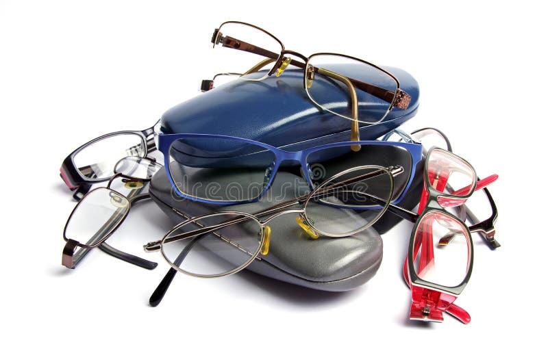 Ένας σωρός των παλαιών γυαλιών ανάγνωσης και των περιπτώσεων γυαλιού στοκ φωτογραφία