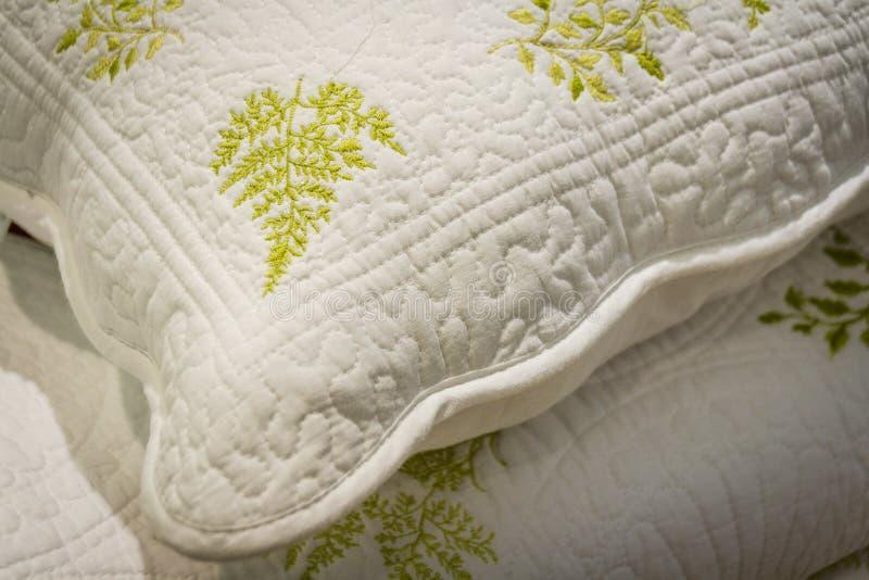 Ένας σωρός των φωτεινών πετσετών με τις αρχικές διακοσμήσεις textile Εξαρτήματα λουτρών στοκ εικόνα
